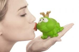 Froschkönig wird von einer blonden Prinzessin geküßt